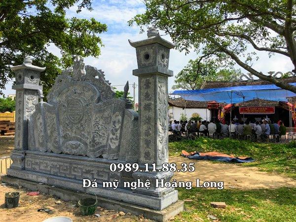 Bình phong đá đặt tại đình làng