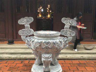 Đỉnh hương bằng đá đặt tại đình chùa