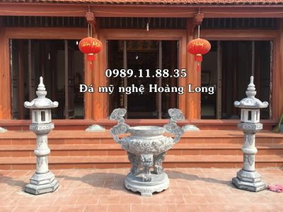 Lư hương đèn thờ đá tại nhà chùa