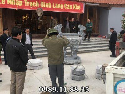 Lắp lư hương đèn đá tại đình làng Cán Khê