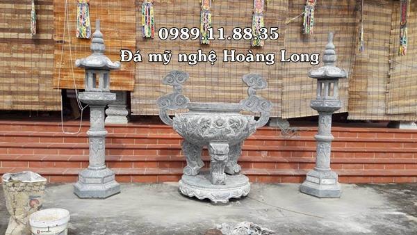 Lư hương và đèn thờ đá tại đình chùa