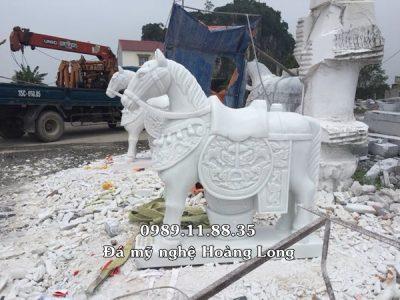 Mẫu ngựa bằng đá trắng